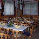 Saal mit eingedeckten Tischen